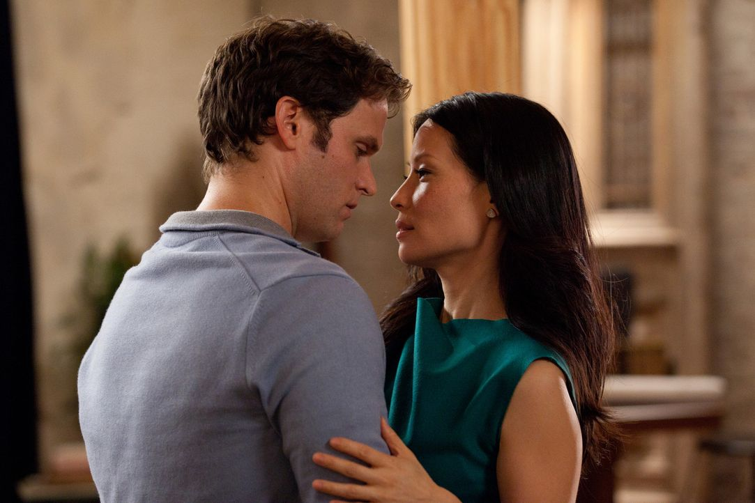 Für Luke (Steven Pasquale, l.) gibt es nur eine: Rae (Lucy Liu, r.)! - Bildquelle: Bob Mahoney CPT Holdings, Inc.  All Rights Reserved.     (Sony Pictures Television International)