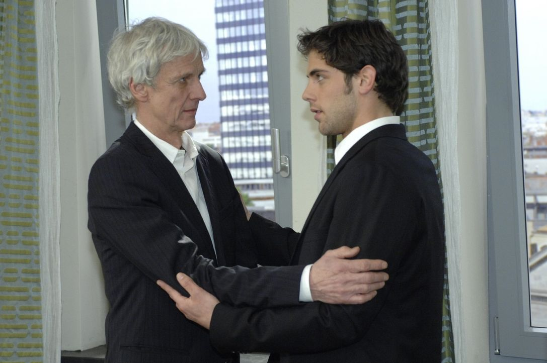 Jonas (Roy Peter Link, r.) beschwört seinen Vater (Mathieu Carrière, l.), sich durch seinen Hass auf Natascha nicht gehen zu lassen. - Bildquelle: Oliver Ziebe Sat.1