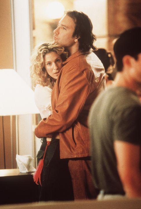 Carries (Sarah Jessica Parker, l.) und Aidans (John Corbett, r.) Beziehung wird gefährdet, als Big sich wieder in Carries Leben drängt. - Bildquelle: Paramount Pictures