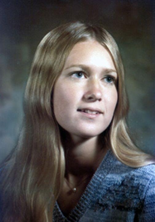 Die damals 41-jährige Susan Eigen wird tot in ihrem Appartement aufgefunden. Der Fall muss zu den Akten gelegt werden ... - Bildquelle: kabel eins