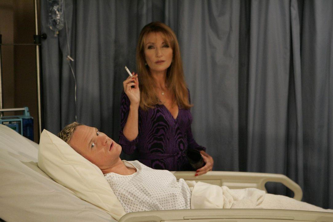 Barney (Neil Patrick Harris, l.) versucht sein Glück bei Marshalls attraktiver Professorin (Jane Seymour, r.). Weil er ihr nicht gewachsen ist, lan... - Bildquelle: 20th Century Fox International Television