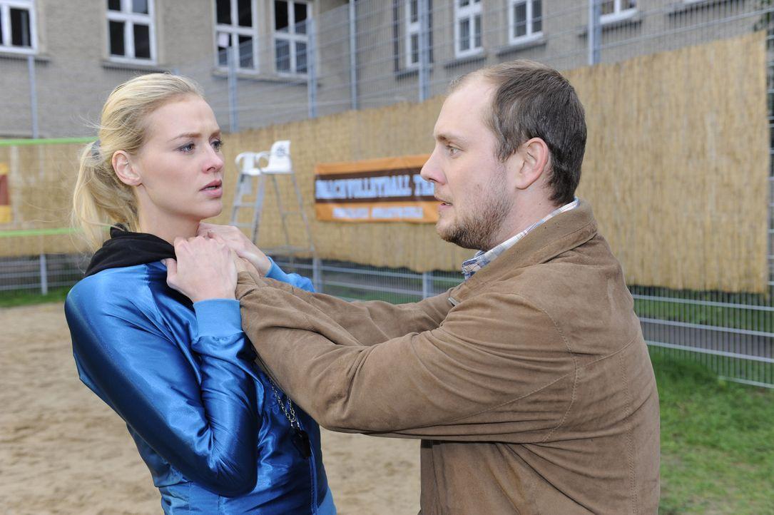 Piet (Oliver Petszokat, r.) gibt Alexandra (Verena Mundhenke, l.) die Schuld für das Verschwinden seiner Tochter und rastet aus ... - Bildquelle: Christoph Assmann SAT.1