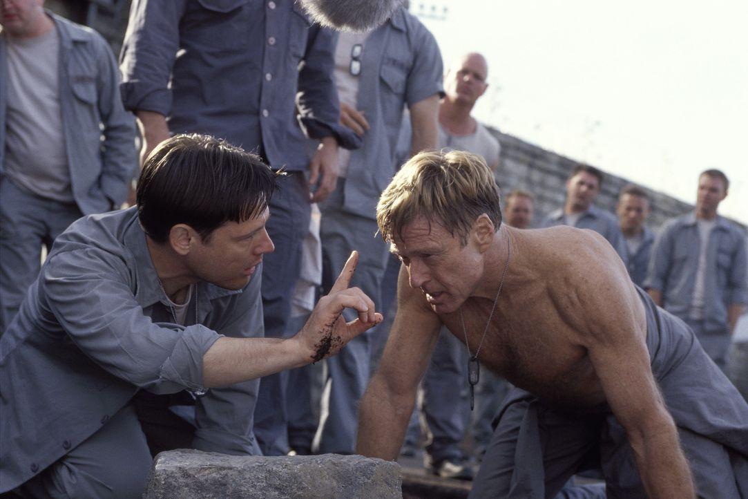 General Irwin (Robert Redford, r.) und die anderen Häftlinge (Frank Military, l.) versuchen, mit selbstgebauten Katapulten die Festung einzunehmen... - Bildquelle: TM &   2001 DREAMWORKS LLC. All Rights reserved.