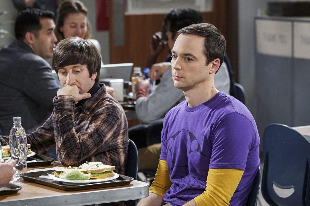 Sheldon (Jim Parsons, r.) ist sichtlich geknickt und weint sich bei Kumpel Howard (Simon Helberg, l.) aus: Was verheimlicht Freundin Amy bloß vor ih... - Bildquelle: 2016 Warner Brothers