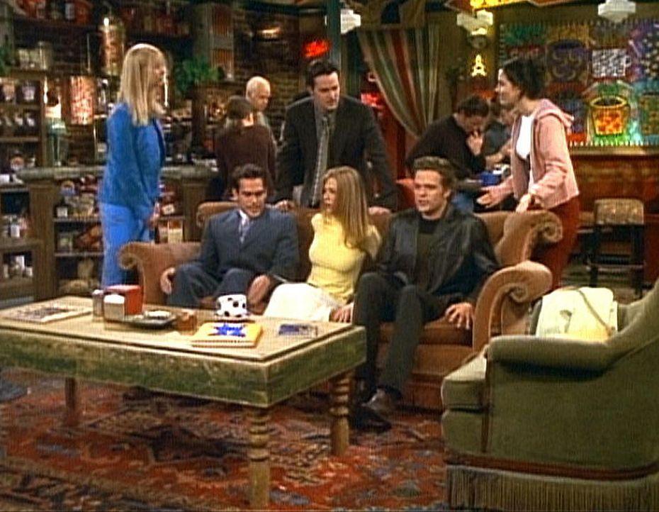 Rachel (Jennifer Aniston, M.) kann es nicht fassen: Sowohl Phoebe (Lisa Kudrow, l.) als auch Chandler (Matthew Perry, M. hinten) und Monica (Courten... - Bildquelle: TM+  2000 WARNER BROS.