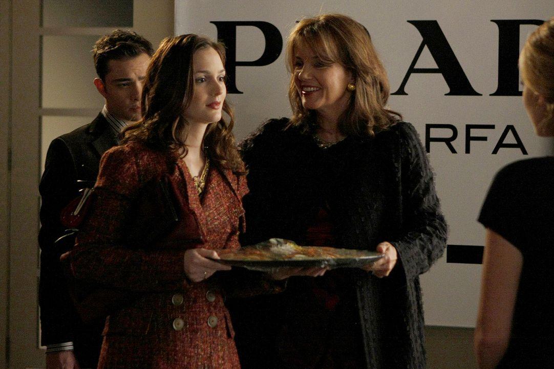 Auch Blair (Leighton Meester, M.), ihre Mutter (Margaret Colin, r.) und Chuck (Ed Westwick, l.) verbringen das Erntedankfest bei den Van der Woodsens. - Bildquelle: Warner Brothers