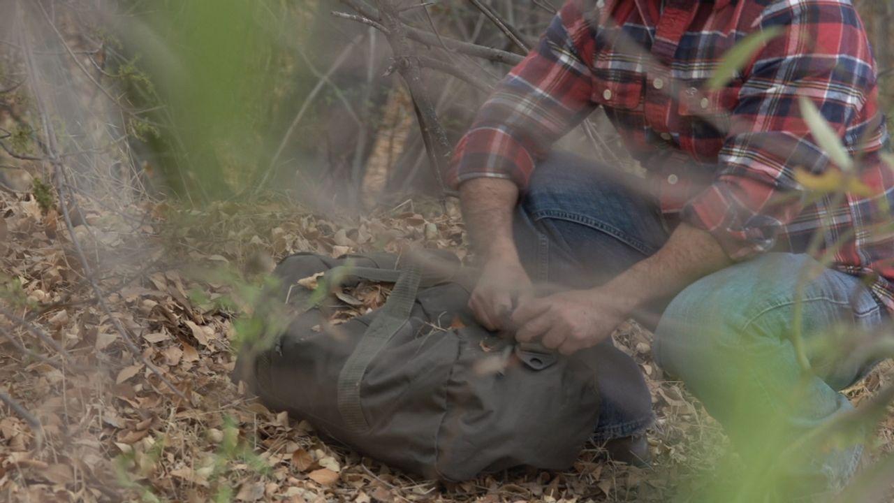 Erst als ein Rucksack nahe des Tatorts gefunden wird, wittern die Beamten eine heiße Spur im Mordfall Susan Schumake ... - Bildquelle: LMNO Cable Group