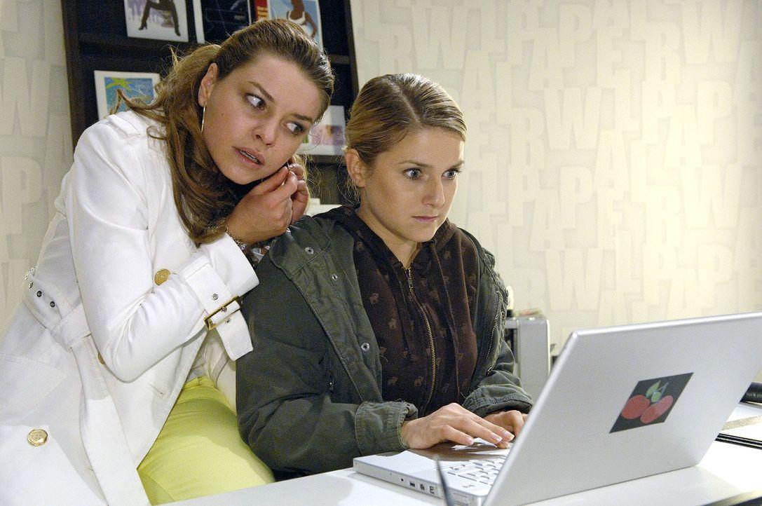 Anna (Jeanette Biedermann, r.) und Katja (Karolina Lodyga, l.) entdecken Dokumente, die Gerrits Schuld beweisen könnten ... - Bildquelle: Claudius Pflug Sat.1