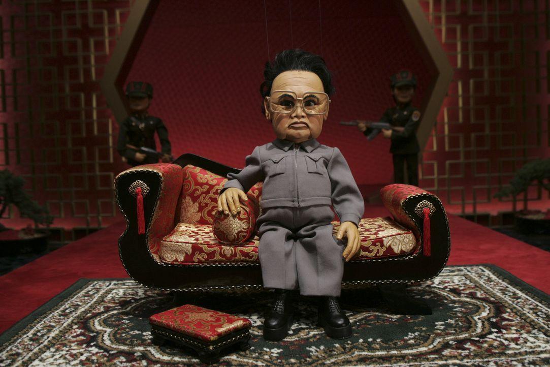 Der einsame, singende nordkoreanische Diktator Kim Il Sung hat sich mit einen Haufen Hollywoodgrößen verbündet, um die Vernichtung Amerikas in die W... - Bildquelle: Paramount Pictures