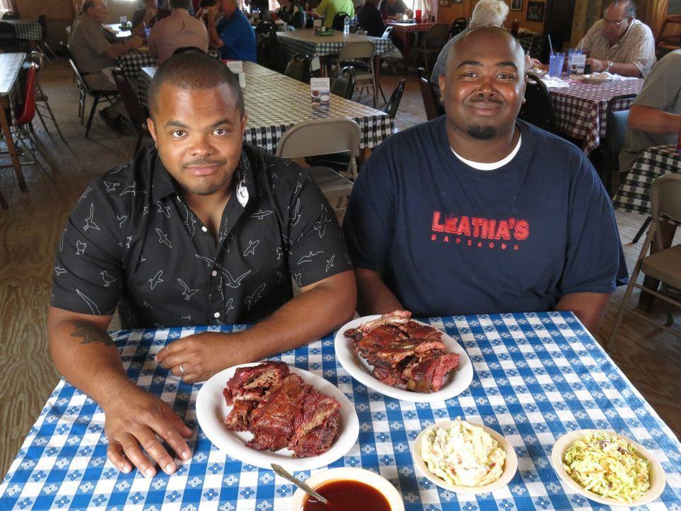 Der kanadische Chefkoch Roger Mooking (l.) macht sich in den USA auf eine ganz besondere kulinarische Reise, die ihn dieses Mal nach Hattiesburg in... - Bildquelle: 2015,Cooking Channel, LLC. All Rights Reserved.
