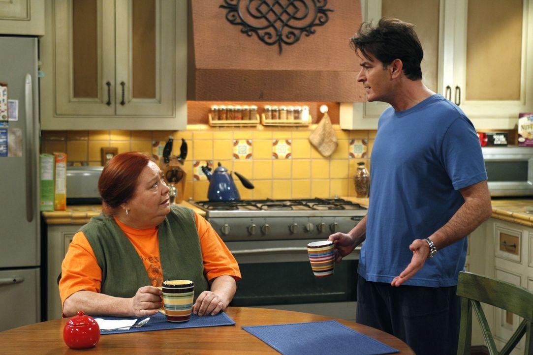 Charlie (Charlie Sheen, r.) schüttet bei Berta (Conchata Ferrell, l.) sein Herz aus, doch diese hat wenig Verständnis für ihn ... - Bildquelle: Warner Brothers Entertainment Inc.