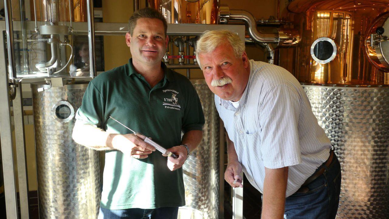 Jetzt steht Whisky-Brenner Dr. Torsten Römer (r.) vor einem großen Moment. Nach mehr als drei Jahren ist das erste Whisky-Fass reif für den Ansti... - Bildquelle: kabel eins