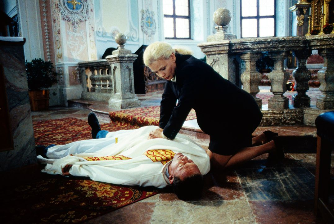 Der beliebte Pfarrer Martin Petermeier (Christian Tramitz, l.) bricht tot auf der Kanzel zusammen. Ricarda (Karin Düwel, r.) versucht alles, um den... - Bildquelle: Magdalena Mate Sat.1