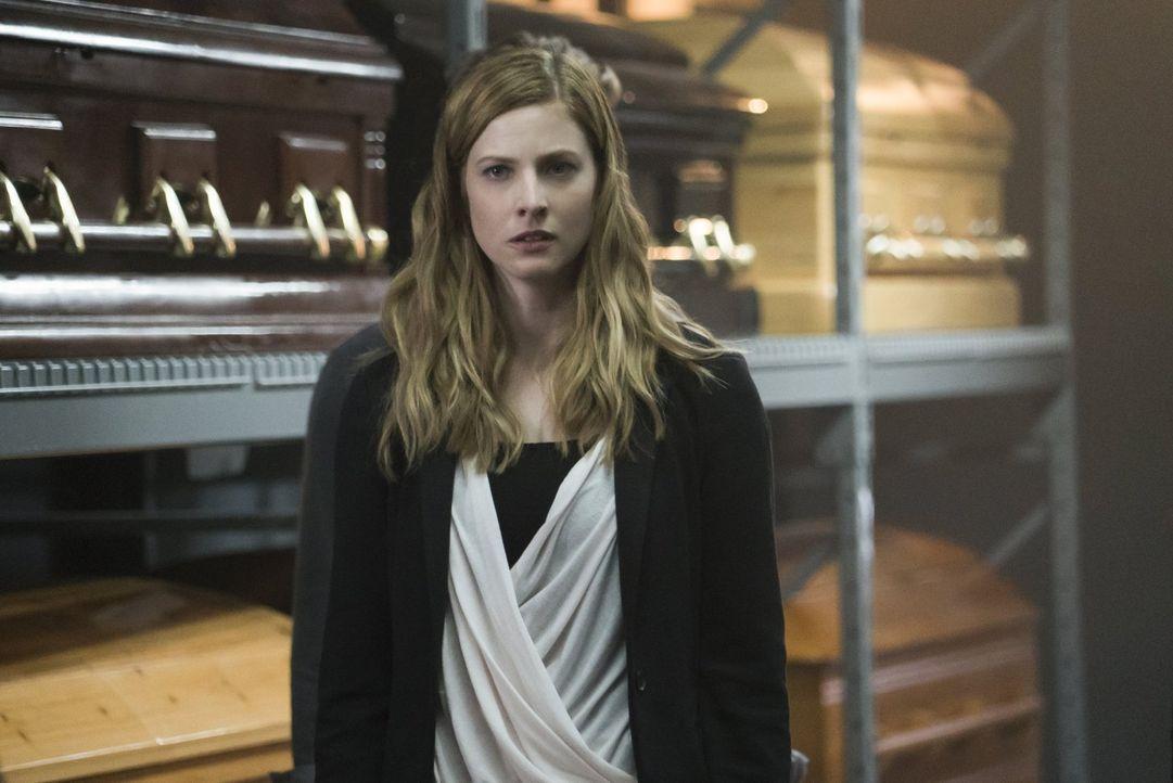 Hat Valerie (Elizabeth Blackmore) tatsächlich noch Gefühle für Stefan? - Bildquelle: Warner Bros. Entertainment, Inc.