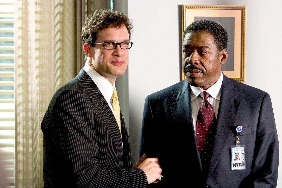 Widerwillig lässt sich Gracie Hart von ihrem Vorgesetzten, Agent McDonald (Ernie Hudson, r.), zu ihrer neuen Aufgabe überreden: Mit der Hilfe von... - Bildquelle: Warner Bros. Television