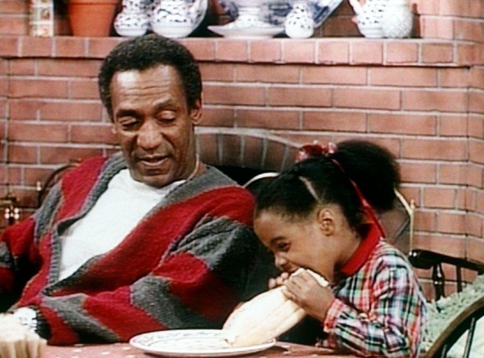 Cliff (Bill Cosby, l.) ist immer wieder erstaunt, welche Mengen seine kleine Rudy (Keshia Knight Pulliam, r.) in sich hineinstopfen kann. - Bildquelle: Viacom