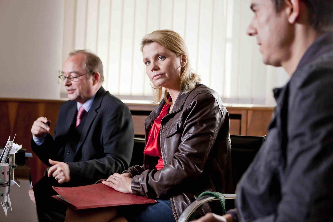 Nach ahnen Danni (Annette Frier, M.) und der Anwalt des Versorgungsamts (Egon Hofmann, l.) nicht, was der verlorene Fall für Feldwebel Hartmuth Wol... - Bildquelle: SAT.1