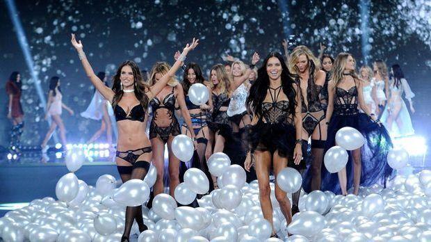 Adriana-Lima-Alessandra-Ambrosio-14-12-02-dpa