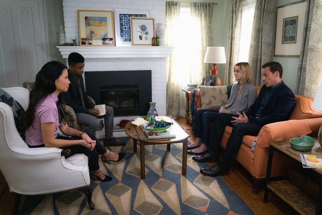 Watson (Lucy Liu, l.) und Bell (Jon Michael Hill, l. hinten) verhören die Ehefrau des ermordeten Damians, der offenbar ein geheimes Doppelleben führ... - Bildquelle: Michael Parmelee 2016 CBS Broadcasting, Inc. All Rights Reserved