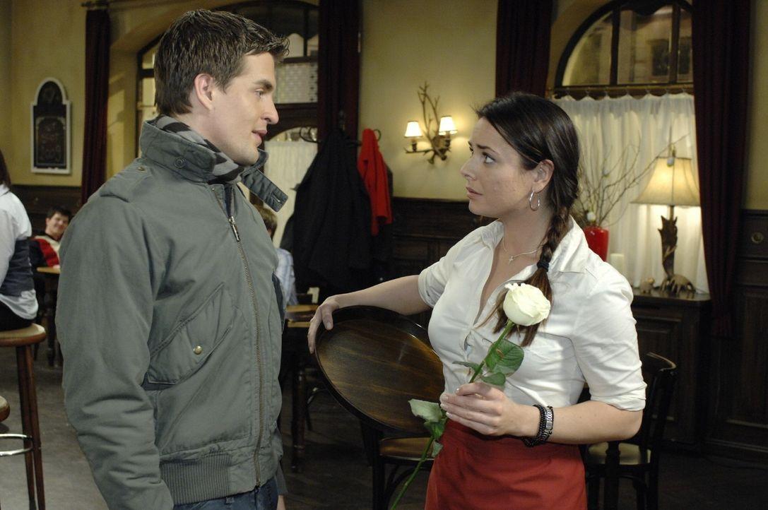 Lars (Alexander Klaws, l.) überreicht Paloma (Maja Maneiro, r.) eine Rose, um sich angeblich bei ihr zu entschuldigen. - Bildquelle: Oliver Ziebe Sat.1