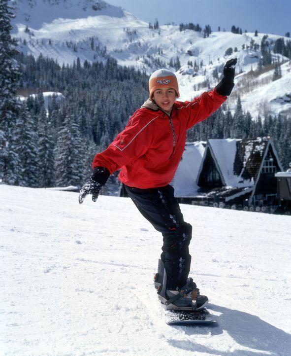 Während ihm das Skifahren richtig schwer fällt, fühlt sich Johnny (Brandon Baker), Enkel des legendären Surfers Johnny Tsunami, auf dem Snowboar... - Bildquelle: Disney