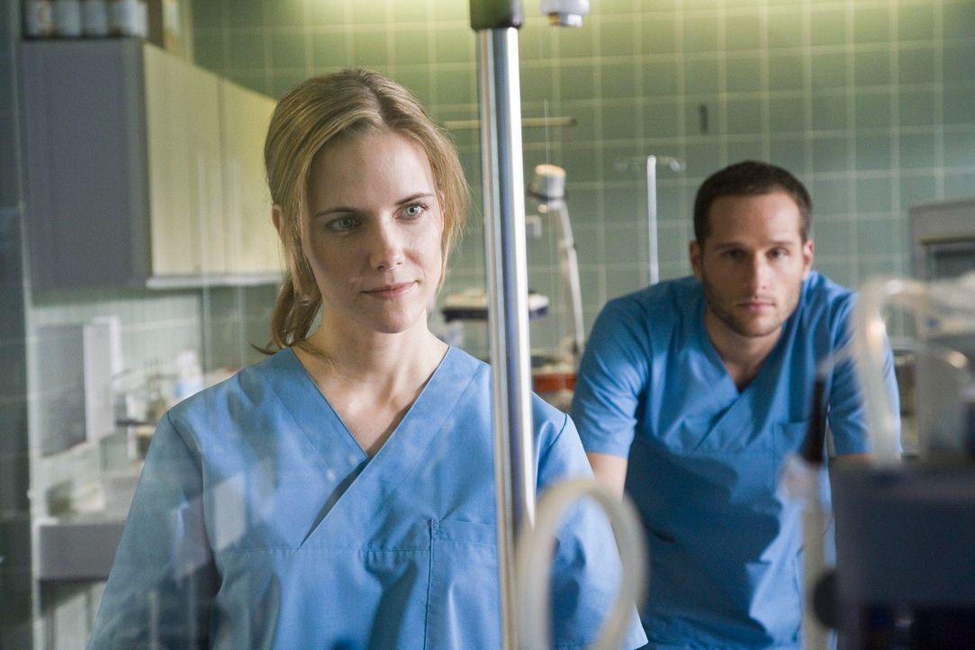Luisa (Jana Voosen, l.) und Jens (Lee Rychter, r.) versuchen ihrer Patientin Ruhe zu verordnen. - Bildquelle: Mosch Sat.1