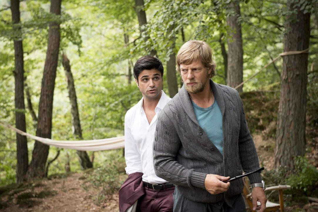 Nachdem sich Mick (Henning Baum, r.) monatelang in den Wäldern rund um Essen versteckt hat, muss er einsehen, dass es für ihn nur eine Möglichkei... - Bildquelle: Martin Rottenkolber SAT. 1