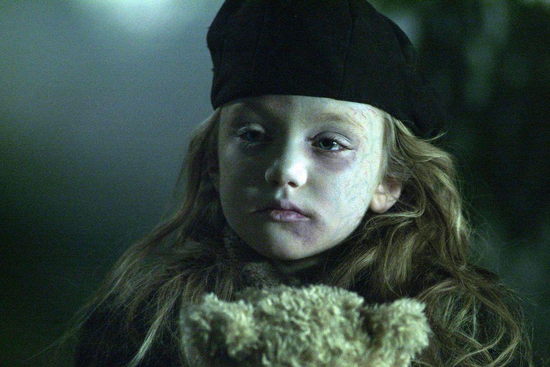 Eines Tages freundet sich die Untote Mary (Helia Grekova) mit der kleinen Emma an ... - Bildquelle: Nu Image Films