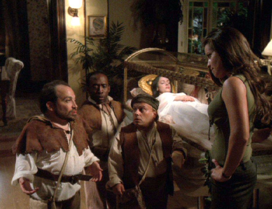 Erst nachdem Paige (Rose McGowan, 2.v.r.) wie Schneewittchen tot in einem gläsernen Sarg liegt und Phoebe als Aschenputtel in einen Kürbis eingesper... - Bildquelle: Paramount International Television