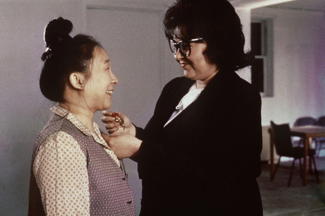 Während Ruth Patchett (Roseanne Barr, r.) ihren teuflischen Plan, in die Tat umsetzt, macht sie nebenbei Karriere ... - Bildquelle: 20th Century Fox