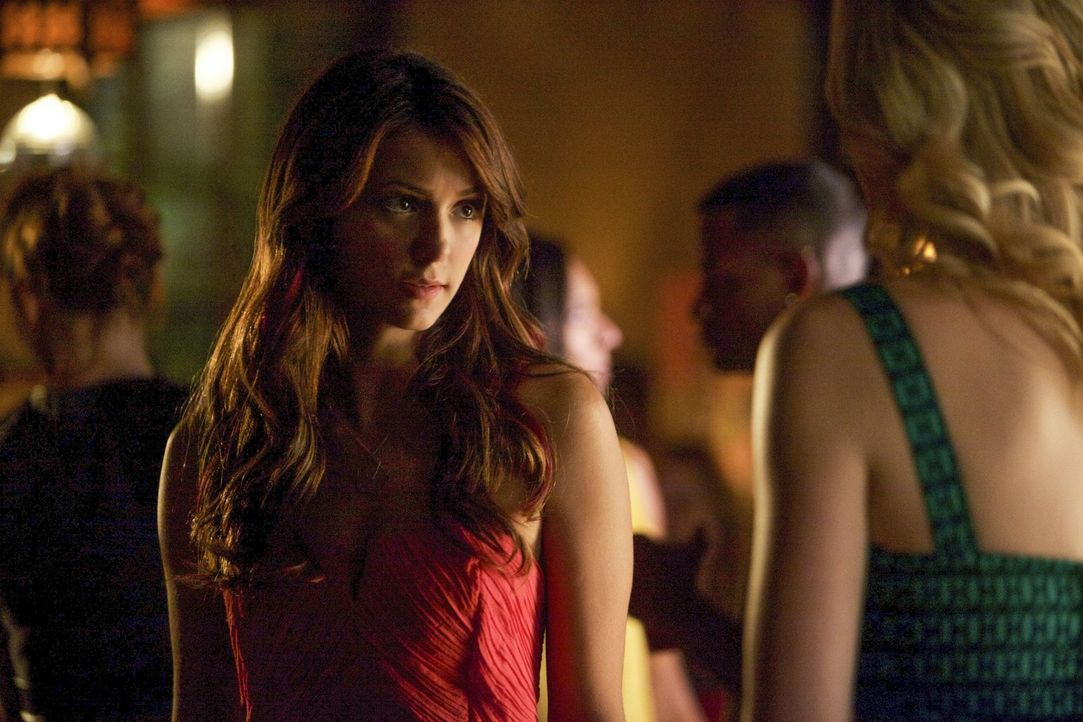 Eigentlich wollten Elena (Nina Dobrev, l.) und Caroline (Candice Accola, r.) nur eine harmlose Studenten-Party schmeißen, doch dann kommt alles gan... - Bildquelle: Warner Brothers