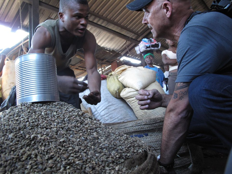 """Todd Carmichael (r.) reist nach Haiti. Dort ist er auf der Suche nach der seltenen und berüchtigten Kaffeepflanze """"Typica"""" ... - Bildquelle: 2012, The Travel Channel, L.L.C. All rights Reserved."""