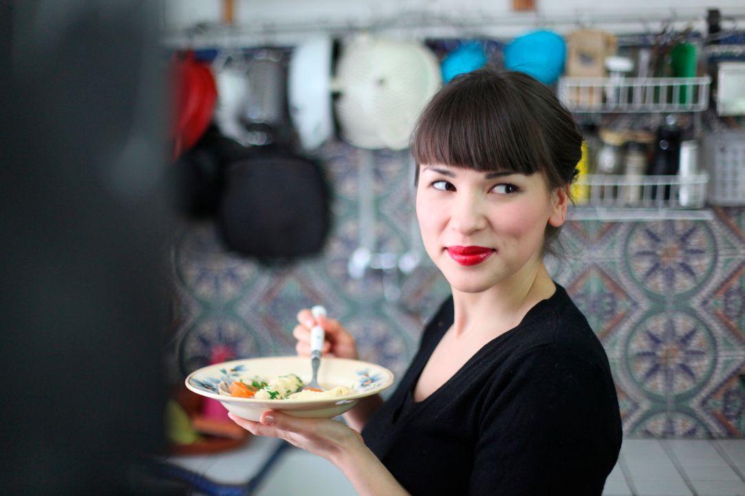 Wer glaubt, eine Hähnchen-Klößchen-Suppe sei etwas für seine Großmutter, täuscht sich gewaltig: Rachel Khoo bereitet eine ganz köstliche Suppe ...... - Bildquelle: Daniel Lucchesi Plum Pictures 2012