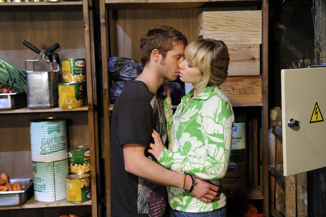 Lily (Jil Funke, r.) versucht nach ihrer Ansage, Jojo (Bernhard Bozian, l.) möglichst aus dem Weg zu gehen. Doch für den gleichen Abend hat Lars e... - Bildquelle: SAT.1