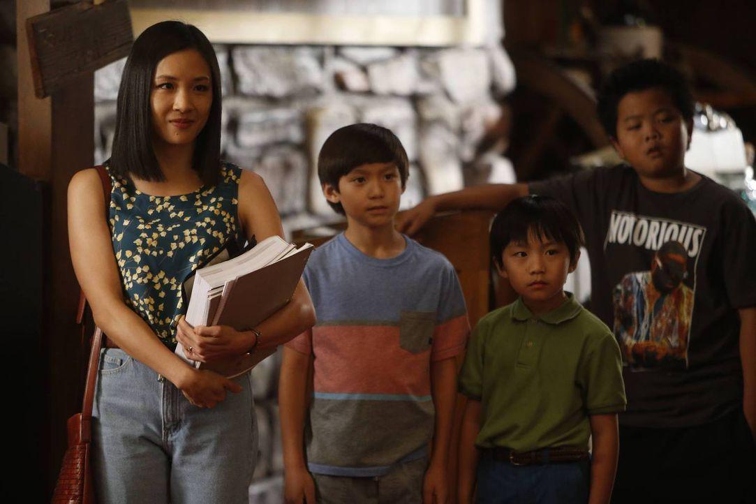 Heimunterricht mit Jessica (Constance Wu, l.) wartet auf Eddie (Hudson Yang, r.), Emery (Forrest Wheeler, 2.v.l.) und Evan (Ian Chen, 2.v.r.) ... - Bildquelle: 2015 American Broadcasting Companies. All rights reserved.
