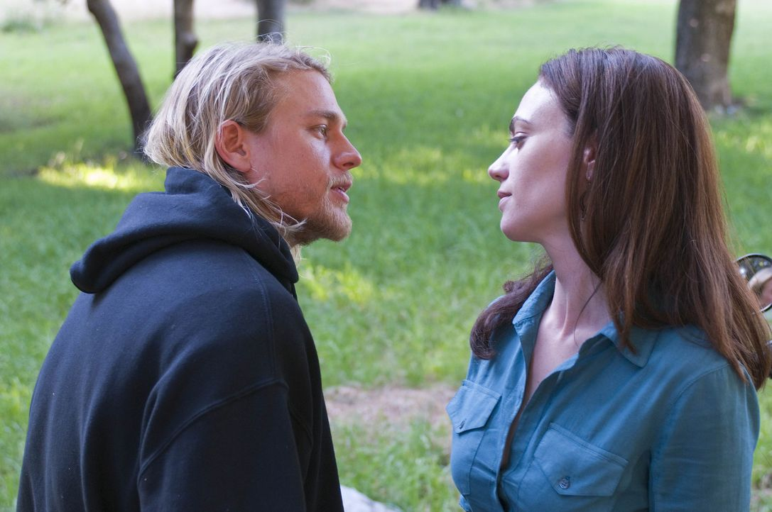 Bei einem romantischen Picknick: Jax (Charlie Hunnam, l.) und Tara (Maggie Siff, r.) - Bildquelle: 2009 Twentieth Century Fox Film Corporation and Bluebush Productions, LLC. All rights reserved.