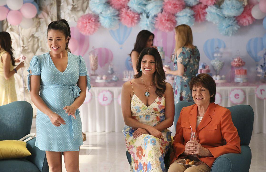 Während sich Petra in einer fatalen Situation wiederfindet, genießen Jane (Gina Rodriguez, l.), Xo (Andrea Navedo, M.) und Alba (Ivonne Coll, r.) di... - Bildquelle: 2014 The CW Network, LLC. All rights reserved.