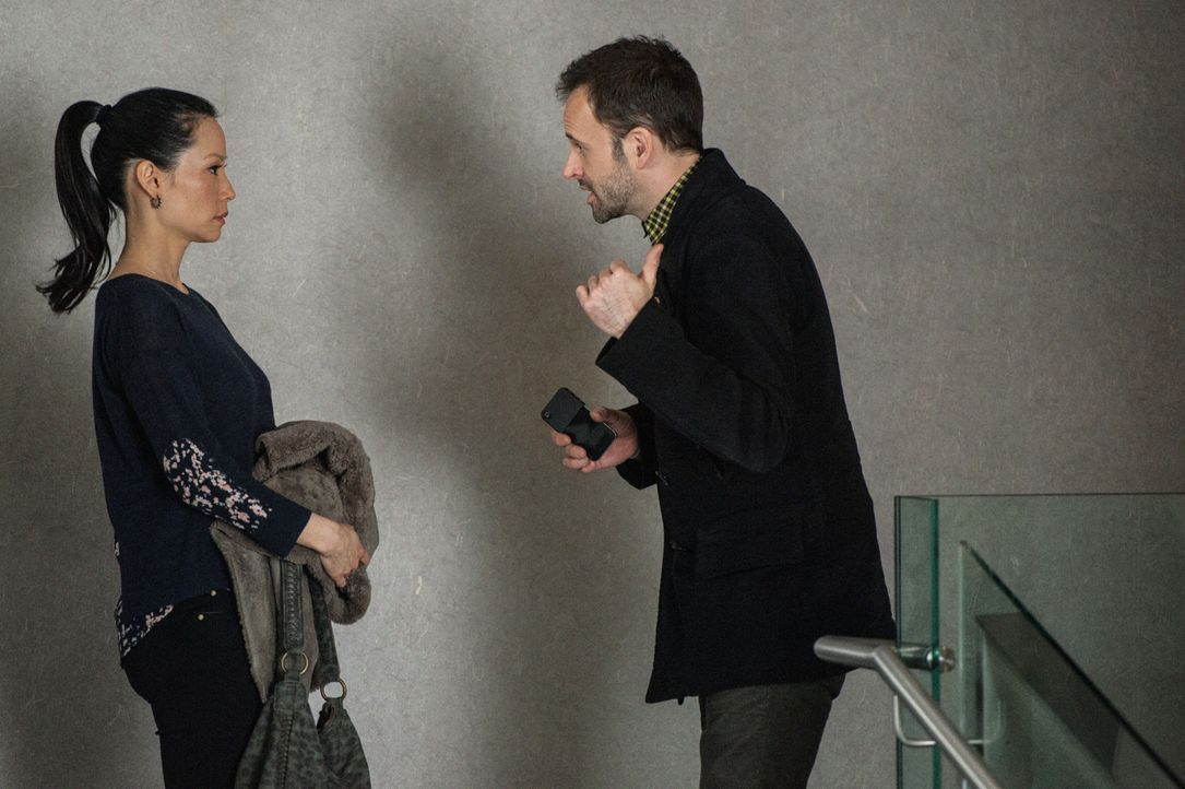 Gemeinsam versuchen sie einen neuen Fall zu lösen: Sherlock Holmes (Jonny Lee Miller, r.) und Joan Watson (Lucy Liu, l.) ... - Bildquelle: CBS Television