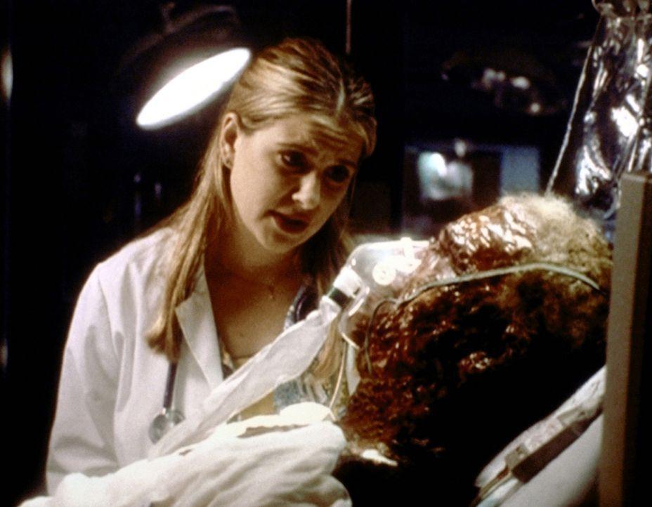 Der durch schwere Verbrennungen tödlich verletzte Travis (Eric Christian Olsen, r.) wird von der einfühlsamen Lucy (Kellie Martin, l.) betreut. - Bildquelle: TM+  2000 WARNER BROS.