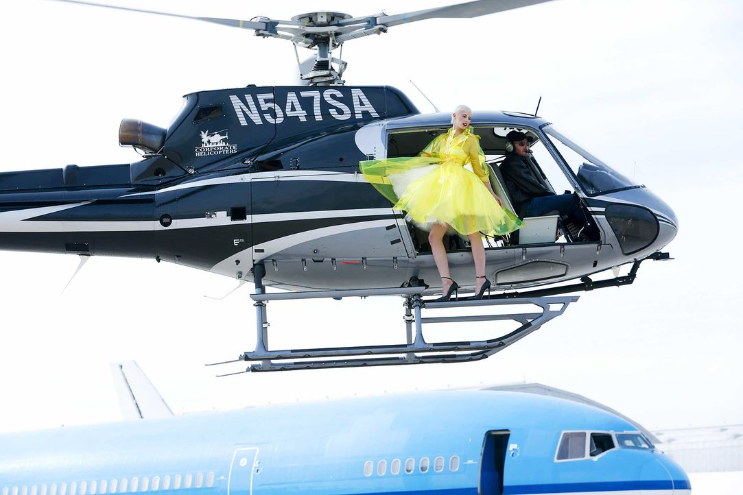 GNTM-Stf10-Epi06-Helikopter-Shooting-69-Lisa-ProSieben-Richard-Huebner - Bildquelle: ProSieben/Richard Huebner
