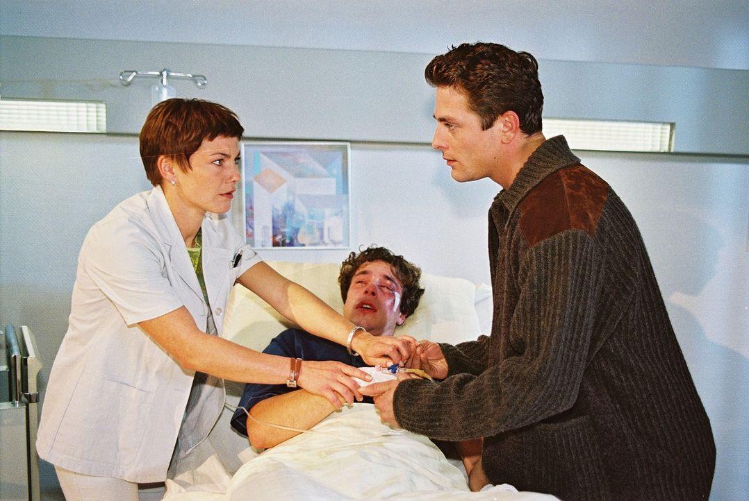 Stephanie (Claudia Schmutzler, l.) kann gerade noch verhindern, dass Michael (Thomas Czerniejewski, r.) seinem Freund Oliver (Tobias Gramowski, M.)... - Bildquelle: Noreen Flynn Sat.1