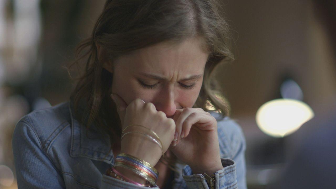 April Saddler bricht auf dem Polizeirevier zusammen, als sie zum Mord an ihrer Mutter befragt wird. - Bildquelle: LMNO Cable Group