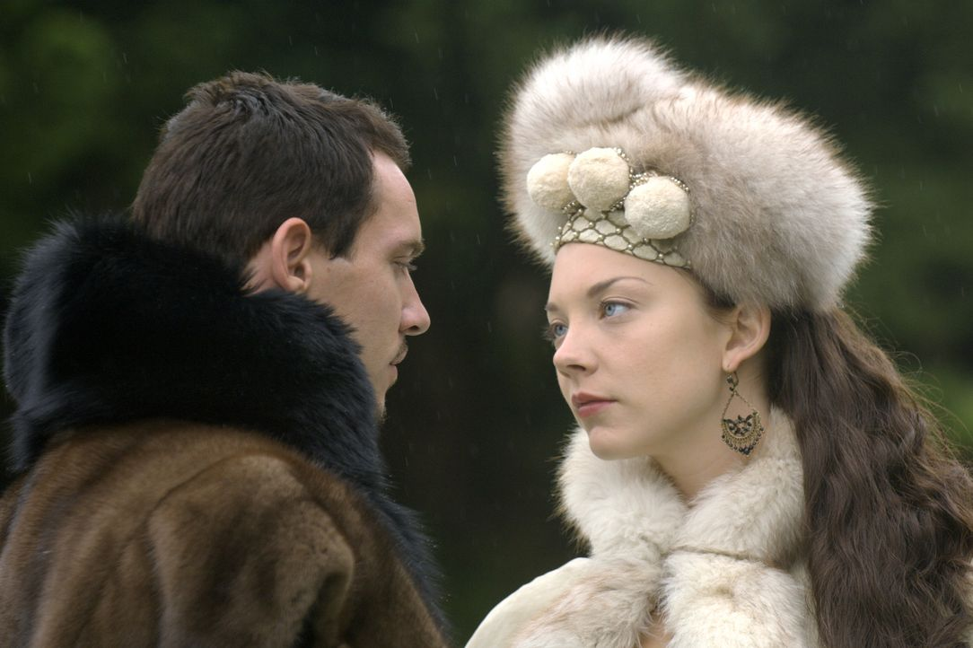 Um seinen Traum, endlich die hübsche Anne Boleyn (Natalie Dormer, r.) heiraten zu können, näher zu kommen, lässt sich der König (Jonathan Rhys Meyer... - Bildquelle: 2008 TM Productions Limited and PA Tudors II Inc. All Rights Reserved.