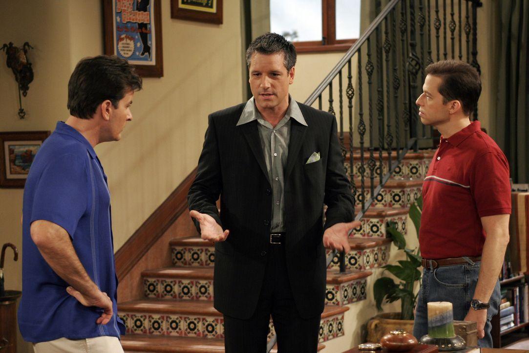 Charlie (Charlie Sheen, l.) wird von schwulen Werbefachmann Eric (David Starzyk, M.) zu einer Party eingeladen, um nicht alleine dort aufzutauchen,... - Bildquelle: Warner Bros. Television