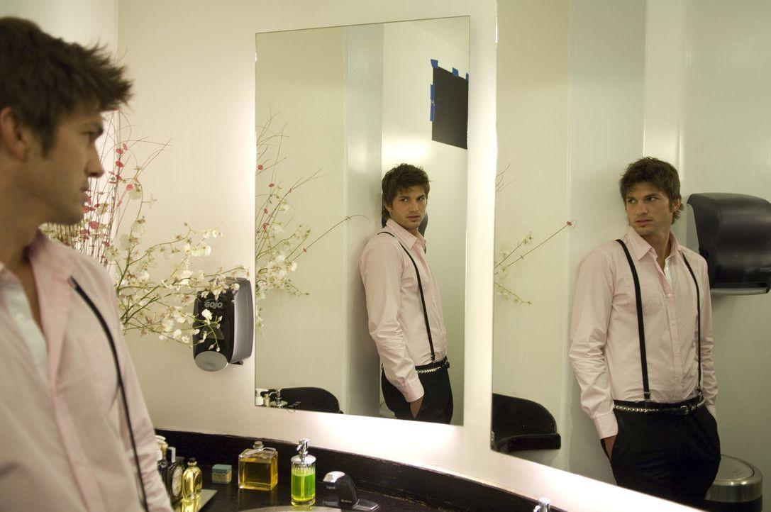 Jung, charmant und schön. Nikki (Ashton Kutcher) lebt das gute Leben in Hollywood indem er reichen, älteren Frauen viel von dem gibt, was sie woll... - Bildquelle: 2008 by EASY A Inc. All Rights Reserved