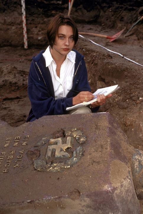 Die bei Ausgrabungen entdeckten Fundstücke aus dem Dritten Reich lassen die Historikerin Sandra Fechtner (Christiane Paul) aufhorchen. Weitere Reche... - Bildquelle: Leslie Haslam ProSieben