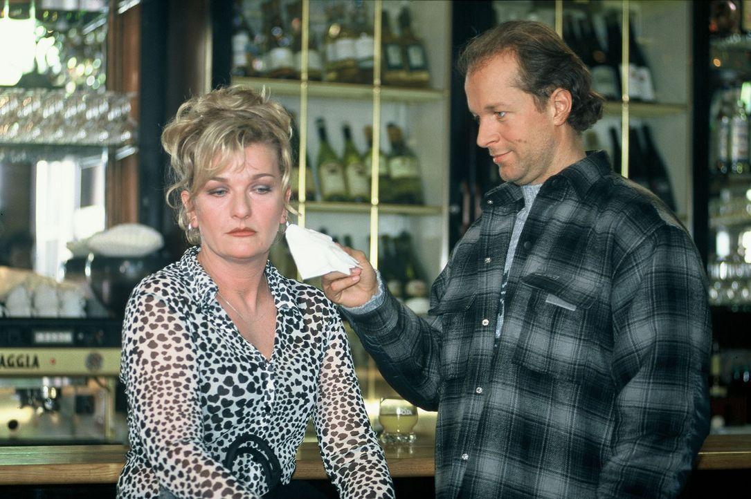 Margot (Saskia Vester, l.) wird von Victor (Jochen Horst, r.) getröstet. - Bildquelle: Spitz Sat.1