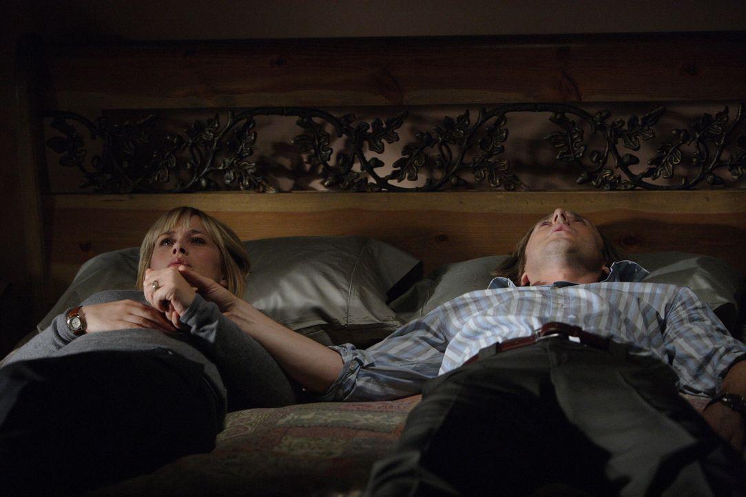 Allison (Patricia Arquette, l.) erzählt ihrem Mann Joe (Jake Weber, r.) von ihrem aktuellen Fall ... - Bildquelle: Paramount Network Television