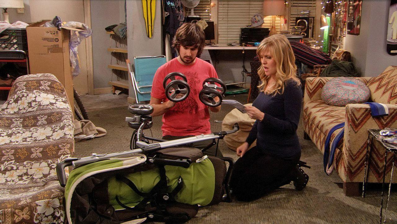 Beim Zusammenbau eines Kinderbuggys kommen sich Olivia (Ashley Jensen, r.) und Davis (Nicolas Wright, l.) näher ... - Bildquelle: 2009 CBS Broadcasting Inc. All Rights Reserved