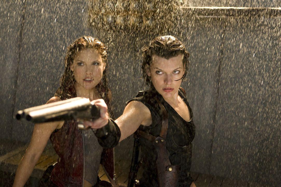 In Alaska findet Alice (Milla Jovovich, r.) die von einem Gerät gesteuerte Claire Redfield (Ali Larter, l.) - und sie versucht alles, um diese zu r... - Bildquelle: Constantin Film Verleih GmbH